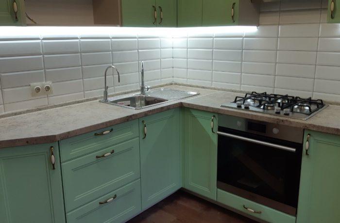 Нежно-зелёная кухня.